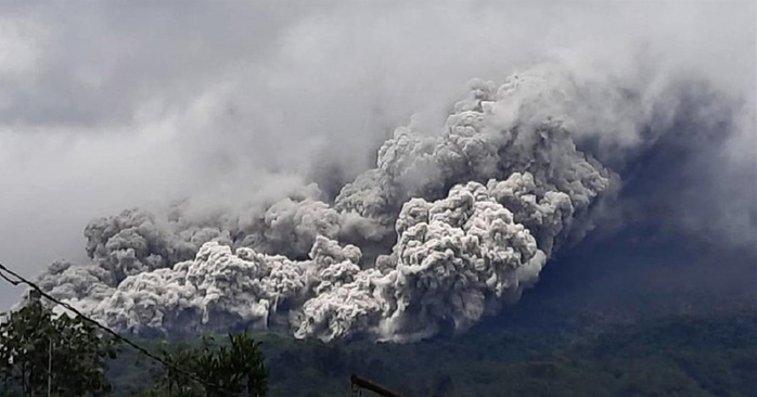 印尼莫拉比火山喷发:浓烟高达2000米,附近居民已被疏散