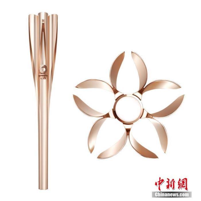 """东京奥运会火炬造型灵感源自樱花,颜色为""""樱花金"""",火炬顶部设计成花瓣状,奥运火种将从五个""""花瓣""""及中央""""花蕊""""部分点燃。火炬整体长度为71厘米,总重量约1.2公斤。火炬主要材质为铝材,采用了使用在新干线制造中的铝挤压工艺。 东京奥组委供图"""