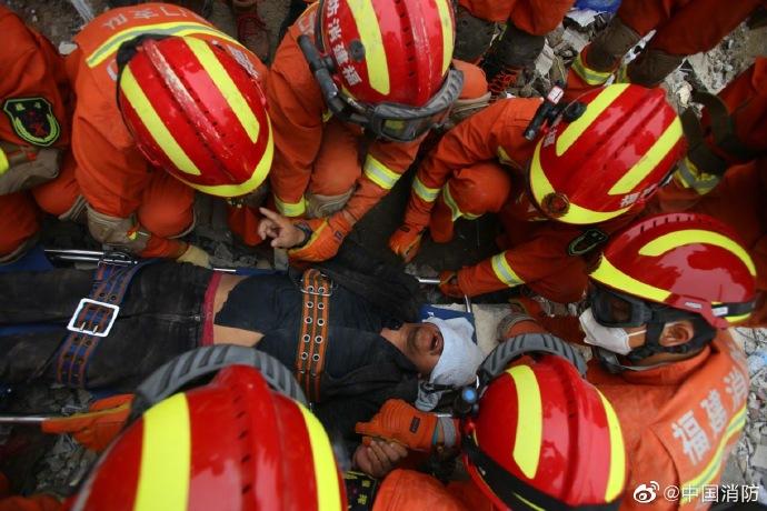 ▲2002年3月7日福建泉州欣佳酒店发生坍塌,福建消防声援指战员在事故现场睁开声援。图片来源:答急管理部消防声援局官方微博