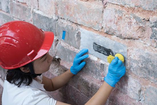 故宫博物院工程管理处的张典在拓印养心殿外墙铭文。
