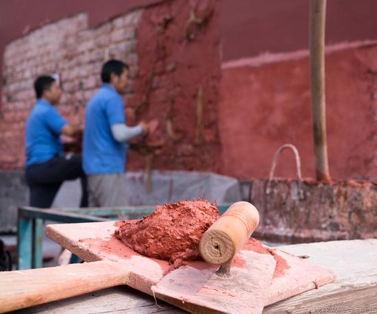 故宫博物院修缮技艺部的宫墙抹灰试验区,学员们正在演习。