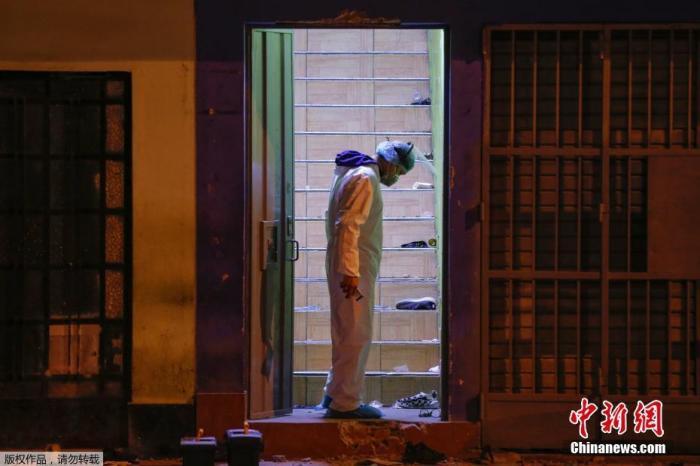 当地时间2020年8月22日晚,秘鲁警方对一家忤逆防疫规定经营的夜店采取作废走动,有关部分对全员进走了新冠病毒迅速检测,其中15人检测效果呈阳性。图为警察在现场勘查。
