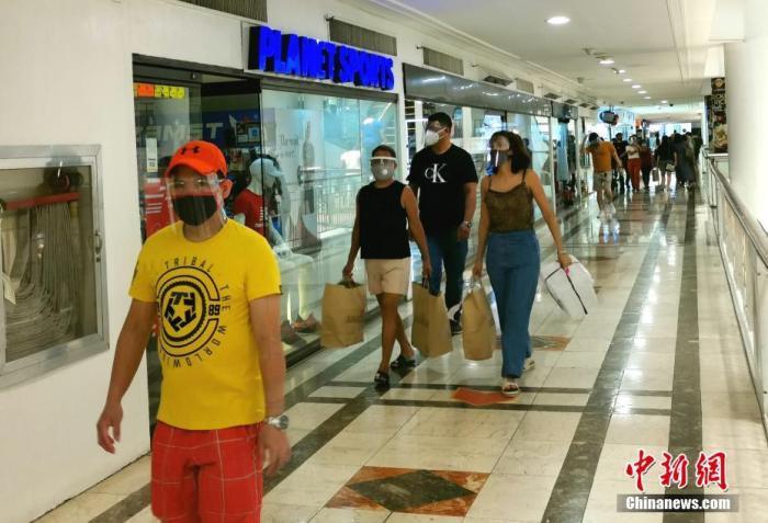 原料图:2020年8月23日,马尼拉首都CBD马卡蒂商圈市民戴着口罩、面罩逛店。 中新社记者 关向东 摄
