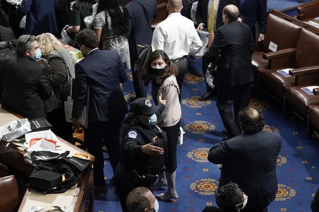 1月6日,示威者进入美国国会区域,并攻破了国会大厦,议员被紧急疏散。图自澎湃影像