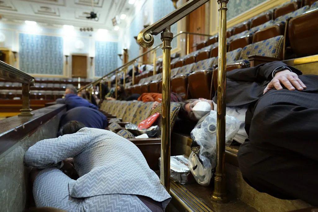1月6日,示威者进入美国国会区域,并攻破了国会大厦。图为躲避人群。图自澎湃影像