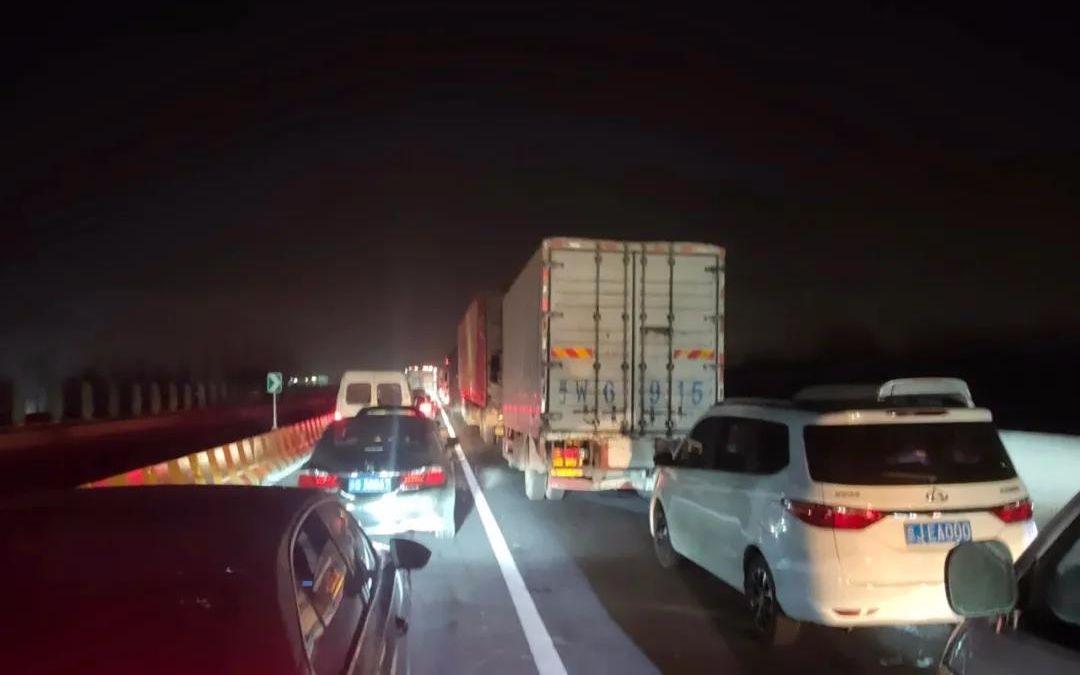 今天早晨3点,大广高速进京检查站前,车辆排首了数公里的长队,走驶专门缓慢。受访者供图