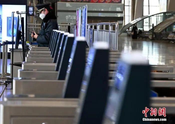 1月7日,河北省石家庄市,石家庄火车站的一名工作人员在执勤。据了解,从1月6日开始,石家庄火车站实行临时性严防严控措施,所有乘客一律暂停进站乘车。中新社记者 翟羽佳 摄