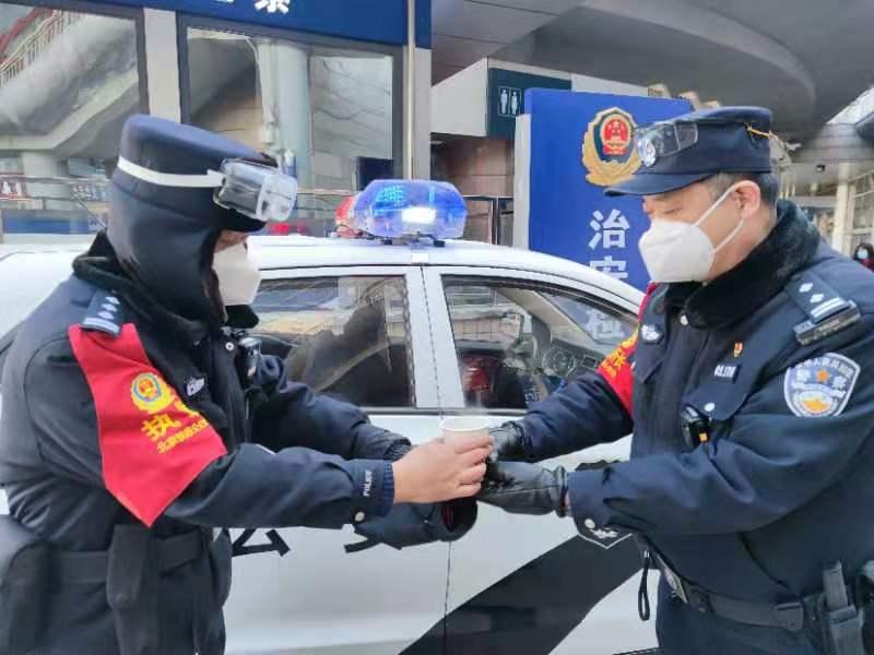 大冷天,北京西站民警喝上热乎乎的姜糖水