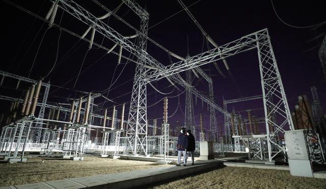 1月7日,在国家电网沈阳供电公司浑河变电站,工作人员对电力设施进行巡视。