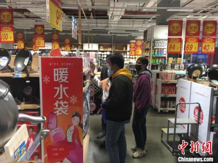 新北市民在商場購置保暖産品。 莫德令 攝