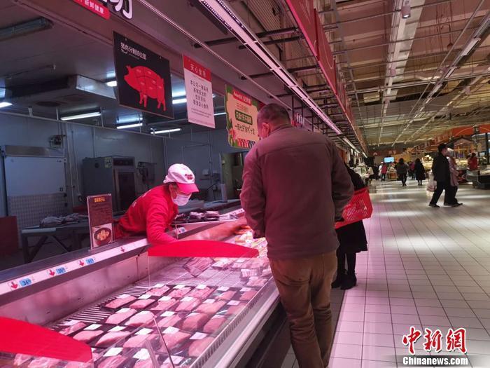 资料图:北京丰台区一家超市内的猪肉区。 谢艺观 摄