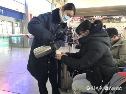 寒潮来袭,泰安站为旅客熬制姜糖水
