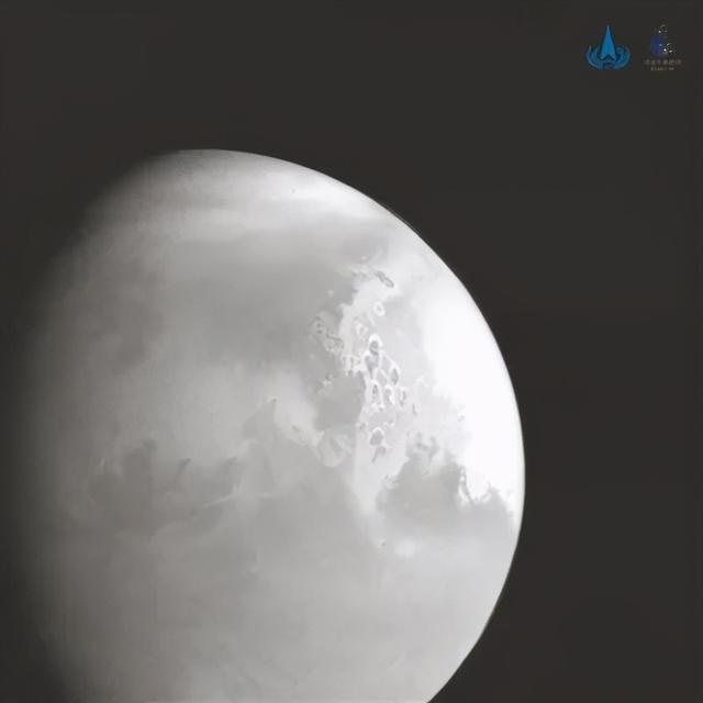 天问一号火星探测器拍摄的首幅火星图像。新华社发