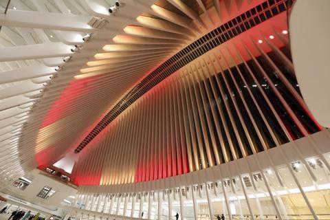 当地时间2月10日,美国纽约奥克卢斯购物中心亮起红、金两色的灯光,庆祝中国春节。新华社记者 王迎 摄