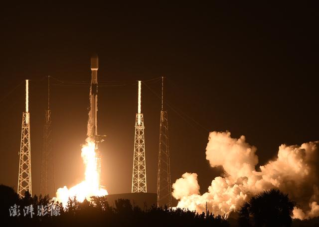 当地时间2021年2月15日,美国佛罗里达州卡纳维拉尔角,猎鹰9号(Falcon 9)运载火箭搭载60颗星链(Starlink) 互联网卫星发射升空。图片来源: 澎湃影像