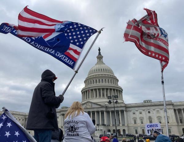 2021年1月6日,美国华盛顿特区,美国国会参众两院当天下午召开联席会议,对2020年美国总统选举各州选举人团计票结果进行统计认证。会议开始后不久,部分聚集在国会大厦附近的支持特朗普的示威者冲进国会大厦。议员随即被疏散,国会休会。随后,警方对国会大厦内部实施清场,联席会议于20时恢复。
