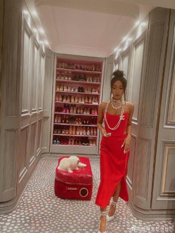 吉克隽逸晒豪华衣帽间,鞋柜有一面墙高,戴4圈珍珠项链显贵气