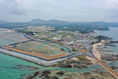 名护市边野谷新基地建设现场,填海和护岸工事推进中 (图源:琉球新报去年9月)