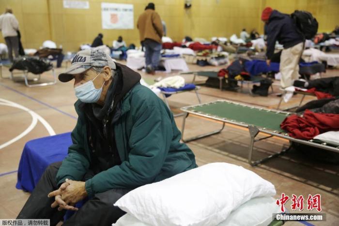 资料图:当地时间2月18日,美国得克萨斯州普莱诺因冬季天气导致停电后,人们在避难所里休息。<strong>万博最新体育app</strong>