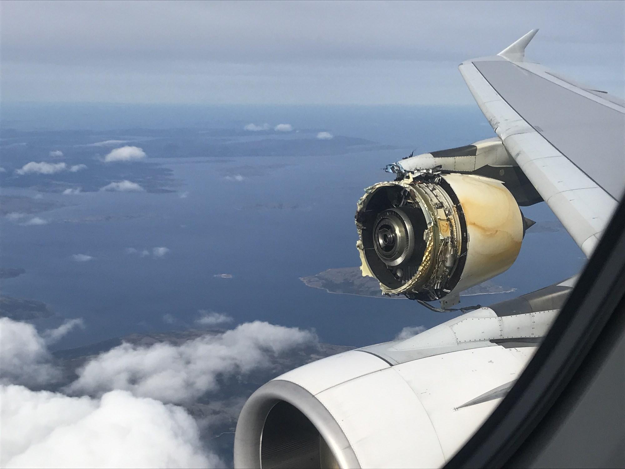 炸发动机这种事基本哪个机型都不能免俗,图为澳航32航班A380飞行中发动机爆炸。该次事件中,飞行计算机在迫降时给出结论:你们死定了。所幸最终成功降落无人伤亡