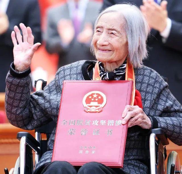 """98岁""""轮椅上的获奖者""""夏森是谁?"""