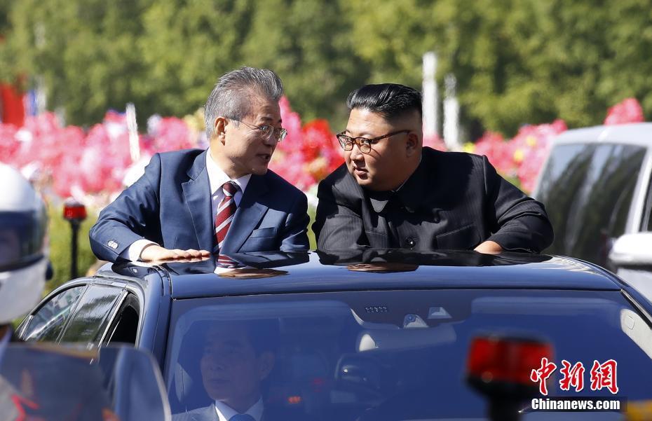 资料图:2018年9月18日,韩国总统文在寅抵达朝鲜平壤。图为文在寅与朝鲜最高领导人金正恩共乘一辆轿车驶过平壤街头。 平壤联合采访团供图
