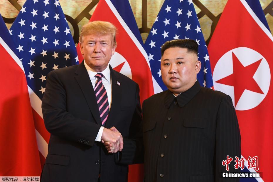 资料图:当地时间2019年2月27日,第二次朝美首脑会晤在越南河内索菲特传奇大都会酒店举行。图为朝鲜最高领导人金正恩与时任美国总统特朗普在会谈地点握手。