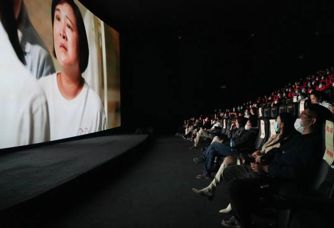 ▲2月17日,观众在北京前门的保利国际影城观看电影《你好,李焕英》。(新华社记者 陈钟昊 摄)