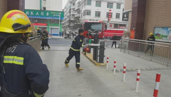 视频丨小区着火消防车被挡,消防员徒手折断门禁杆