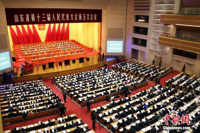 2月2日上午,山东省十三届人大五次会议正式开幕。图为大会现场。 中新社记者 沙见龙 摄