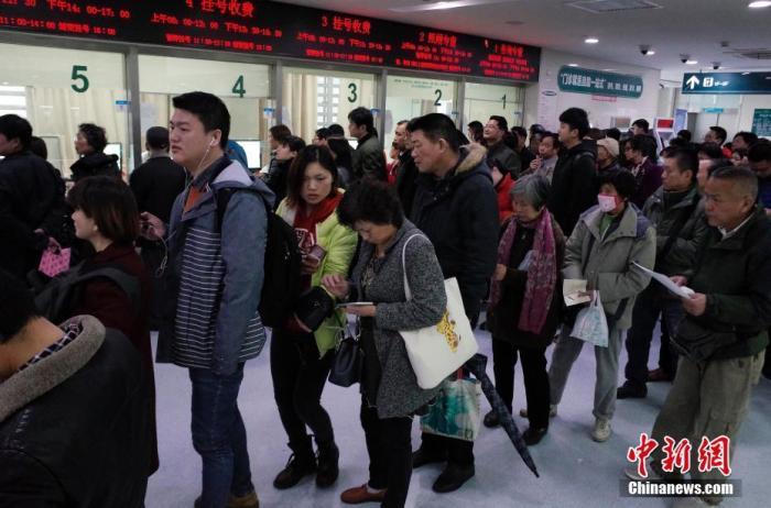 资料图:民众正在上海交通大学医学院附属仁济医院东院门诊楼内排队挂号。 中新社记者 殷立勤 摄