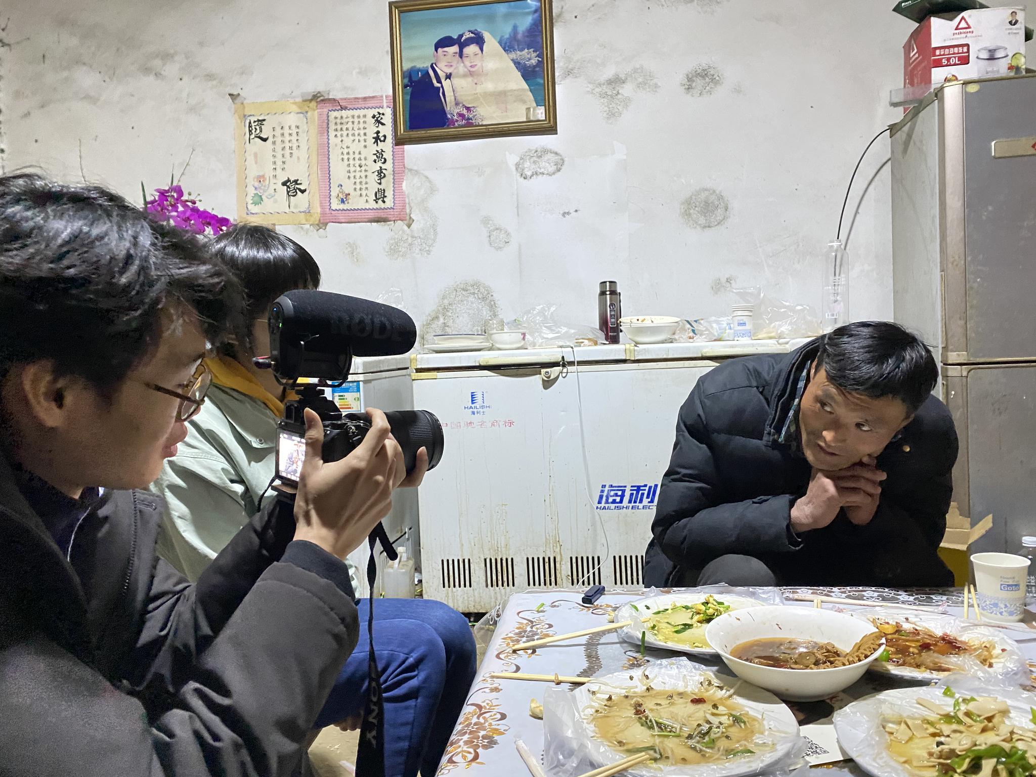 """""""拉面哥""""接受媒体采访。澎湃新闻记者何锴 图"""