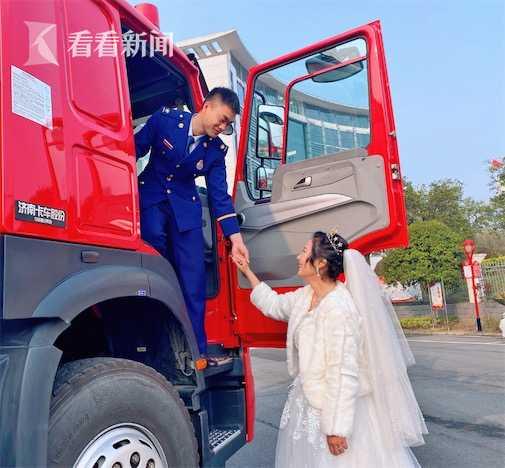 消防员拍婚纱照突遇出警 战友却一把将他推开(图)
