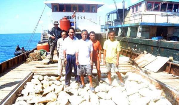 """""""琼海03026""""并非第一次遭菲海军骚扰,2012年4月10日上午遭菲军登船时,船长陈则波并不慌张:""""黄岩岛是China的,China。"""" 资料图"""