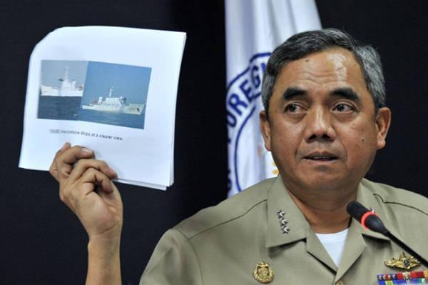"""菲律宾海军司令官巴玛展示10日下午赶赴保护中国渔民的""""中国海监75""""和""""中国海监84""""照片 资料图"""