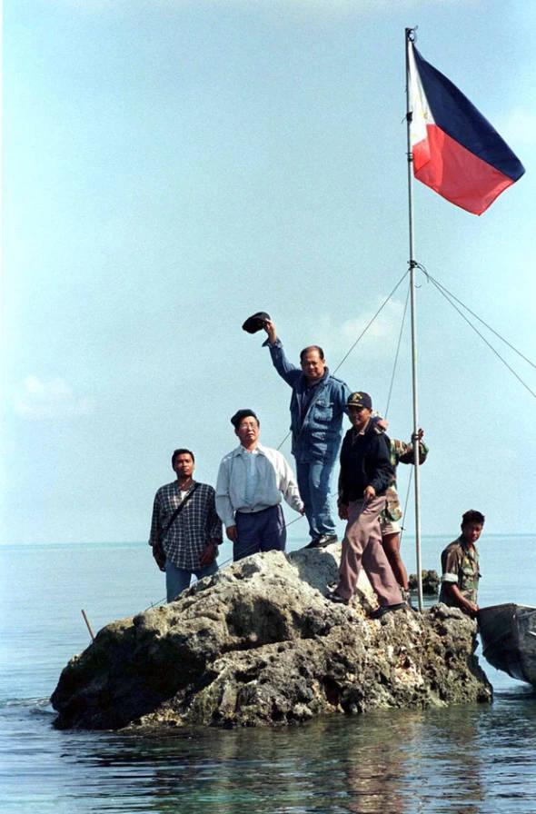 """在中国无线电爱好者第三次登岛测量之后不久,1997年5月17日,菲律宾国会议员和众议院国防主席率领军队和媒体人员登陆黄岩 图自WorldPress""""讨论南海""""论坛"""