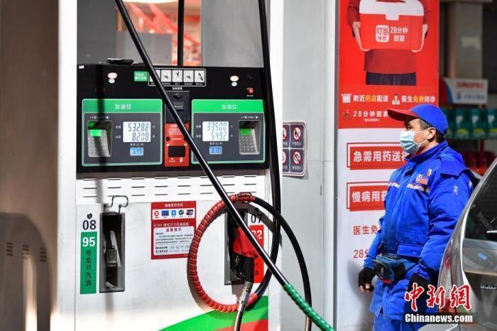 """油价今日或迎""""九连涨"""" 加满一箱油多花约9元"""