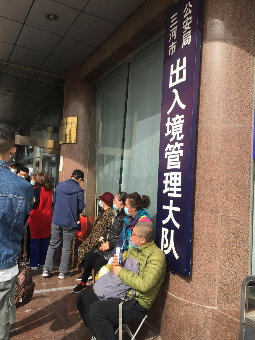 燕郊落户政策放开后,三河市公安局门口排起了长队。北里/摄