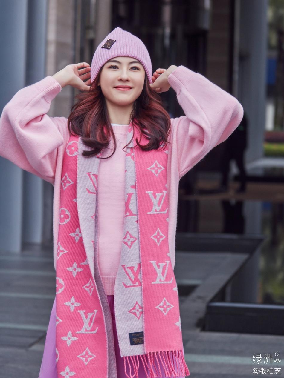 张柏芝穿浅粉色卫衣尽显温柔 少女感十足