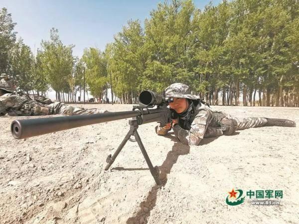 图片说明:贾春玲正在进行狙击瞄准训练。