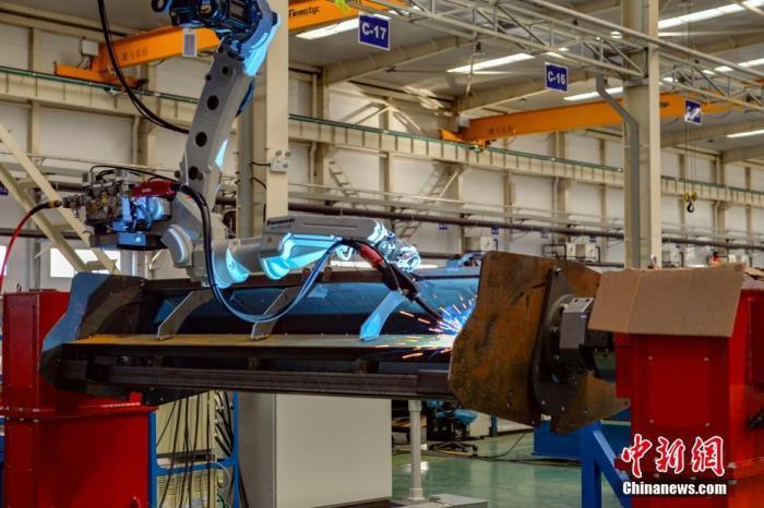 资料图:机器人正在自动焊接。 中新社记者 田雨昊 摄