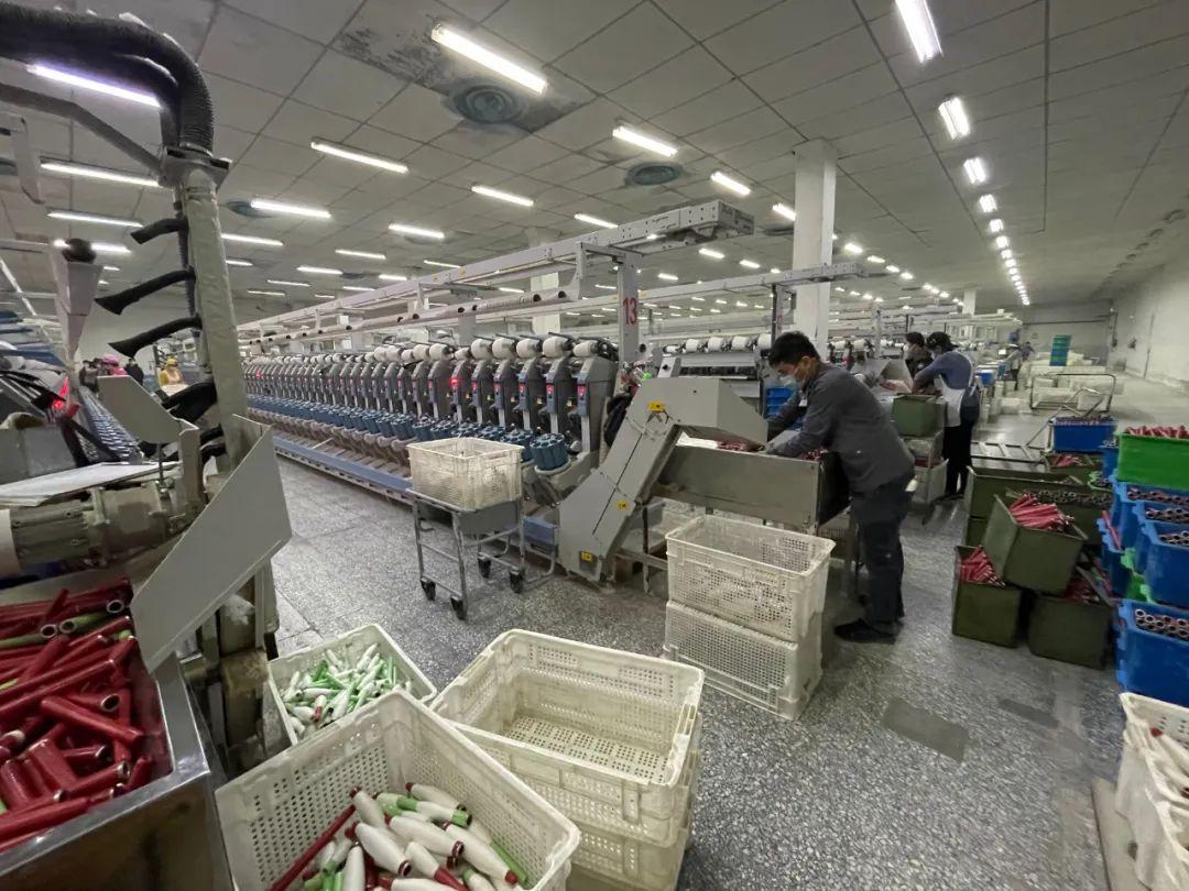 新疆棉纺织企业已经实现大规模机械化操作,工厂内只有少量的工人