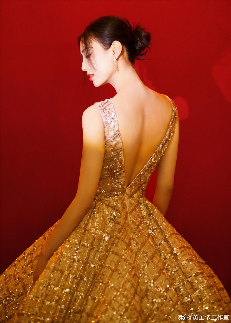 黄圣依穿星光礼裙尽显典雅之姿 深V露背肩颈线绝美