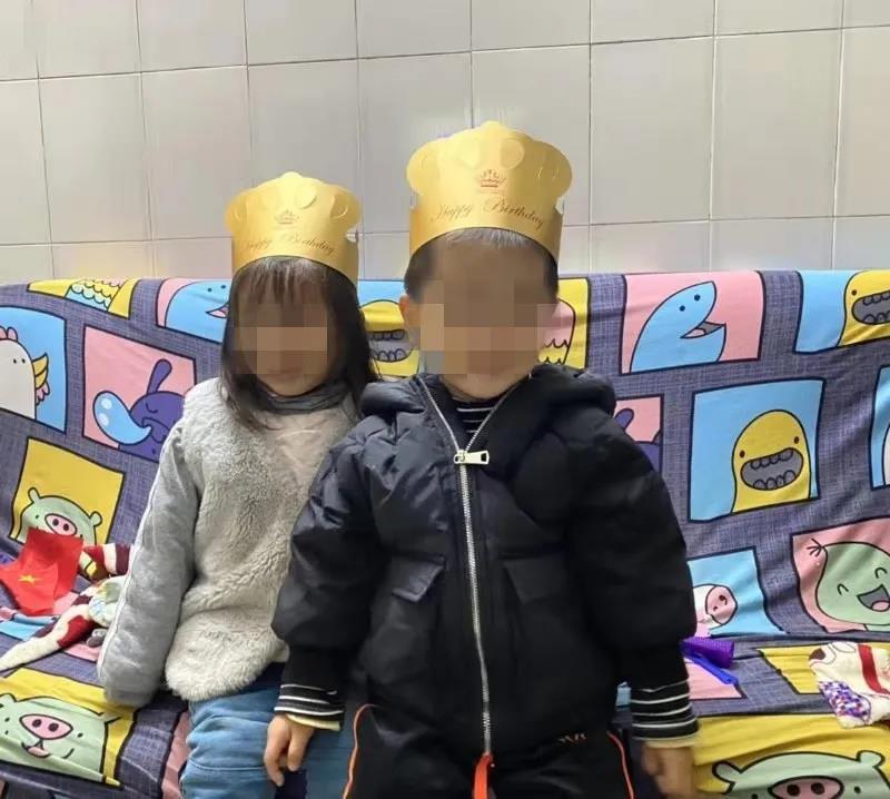 姐弟俩三岁生日的照片