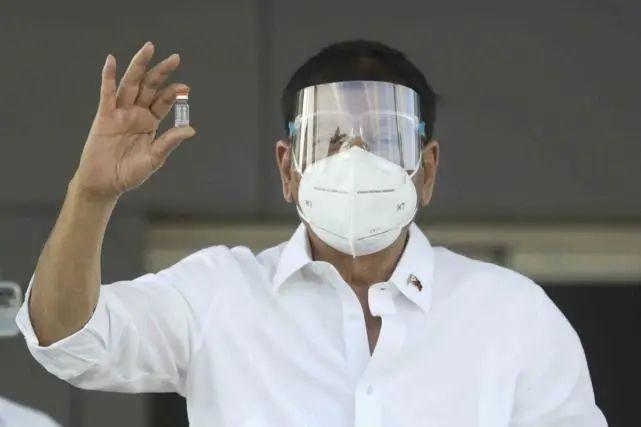 杜特尔特手拿运抵菲律宾的中国新冠疫苗