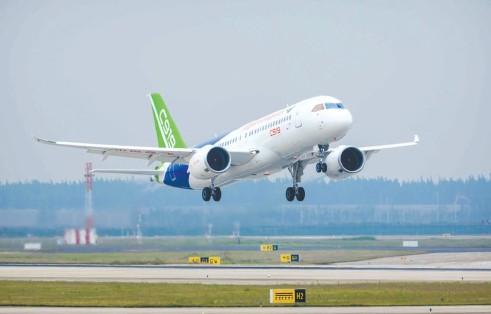 国产大飞机C919客机全球首单落地东航,首批引进5架