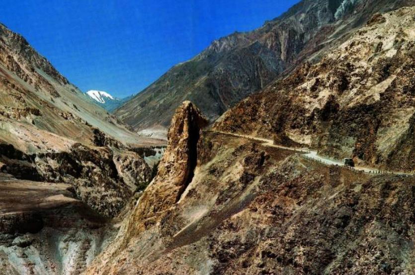 喀喇昆仑山脉上狭窄、危险的公路。图源:中国国家地理