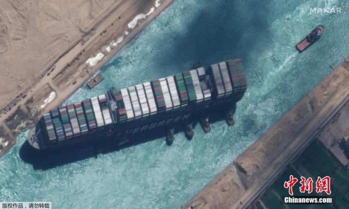 当地时间3月29日,搁浅在苏伊士运河中的重型货船脱困。卫星图片展示完全浮起的重型货船。