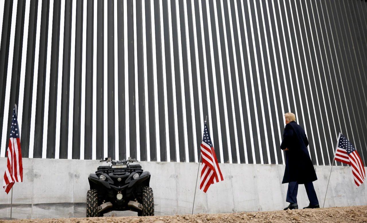 当地时间2021年1月12日,美国得克萨斯州阿拉莫,时任美国总统特朗普视察美墨边境墙。/IC Photo