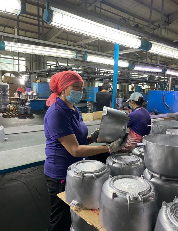 戴着头巾工作的新疆工人(图源:受访者供图)